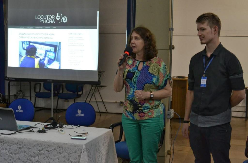 Professora Vera Raddatz e Mathias Berwig apresentaram o Locutor da Hora aos participantes do Seminário.
