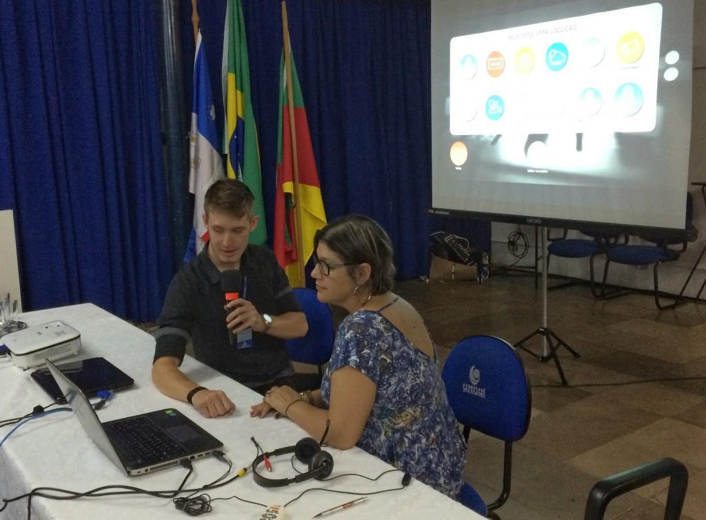 A professora Rosana Barros, da Escola Francisco de Assis, de Ijuí, estreia o Locutor da Hora depois de fazer o primeiro download do aplicativo.